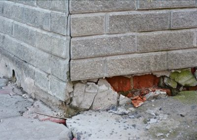 afgebrokkelde-muur-door-aardbevingen